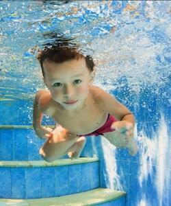 Schwimmbad tauchendes Kind